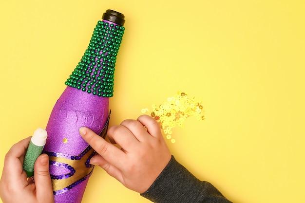 Diy mardi gras garrafa de papel adesivo roxo Foto Premium