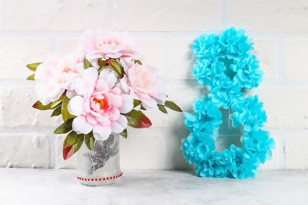 Diy oito fez papelão decorado flor artificial feita de tecido azul guardanapo de papel branco fundo. Foto Premium