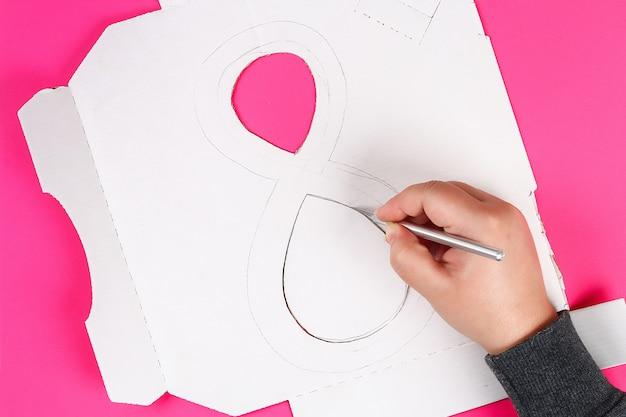 Diy oito fez papelão decorado flor artificial feita de tecido de papel azul guardanapo fundo rosa. Foto Premium