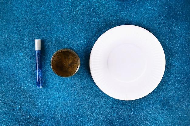 Diy ramadan kareem lua crescente com uma estrela de uma placa de papelão descartável e tinta dourada. Foto Premium