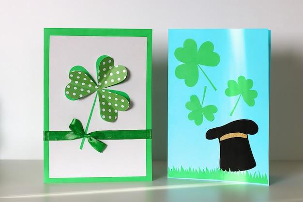 Diy st patricks day cartão feito de papelão e papel trevos fundo cinza Foto Premium