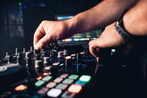 Dj mistura a faixa na discoteca nas mãos da festa Foto Premium