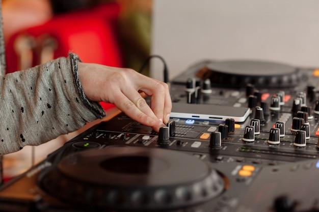 Dj tocando música no misturador closeup. foco seletivo Foto Premium