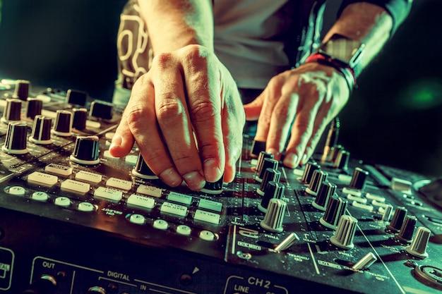 Dj tocando música no misturador closeup Foto Premium