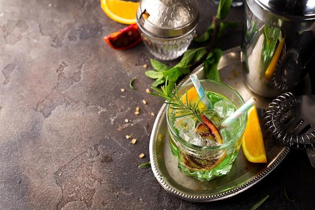 Do tiro acima do cocktail do mojito com gelo e hortelã no vidro com palha. Foto Premium