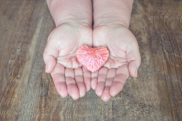 Doação de órgãos, ajude alguém. adulto, mulher, mãos, dar, fio, coração Foto Premium