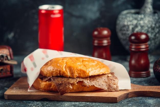 Doador de carne no pão Foto gratuita