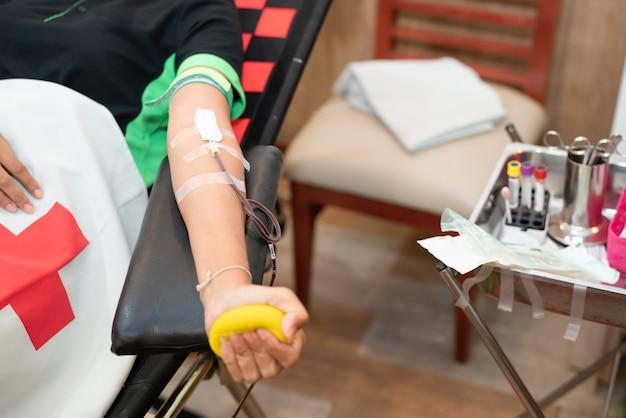 Doador de sangue na doação com uma bola saltitante segurando na mão Foto Premium