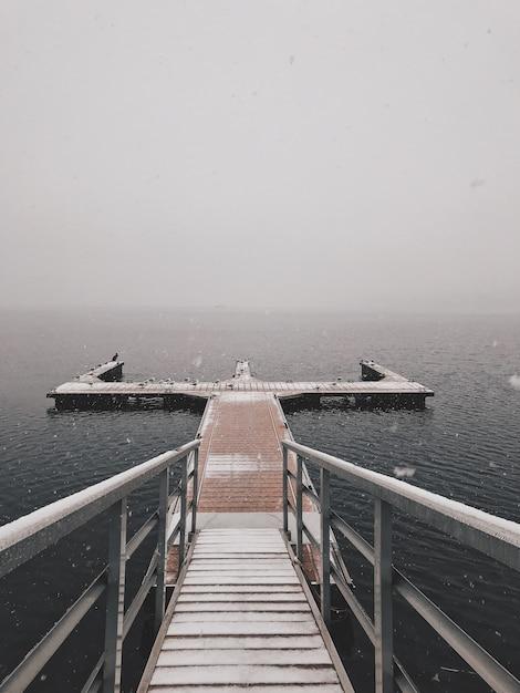 Doca de madeira perto do mar sob o lindo céu Foto gratuita