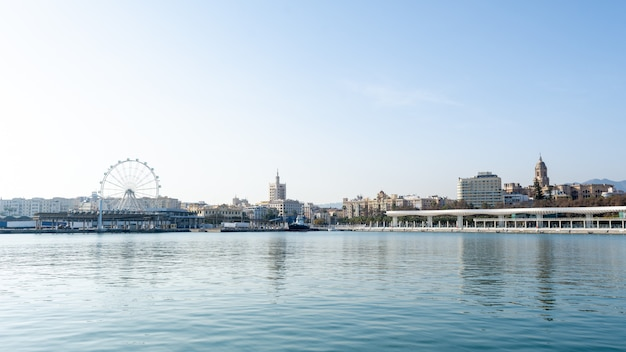 Doca do porto de málaga em um dia ensolarado. andaluzia, espanha Foto Premium
