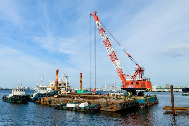 Doca navio, com, guindaste, em, local construção Foto Premium