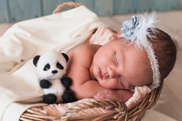 Doce criança dormindo com brinquedo Foto gratuita