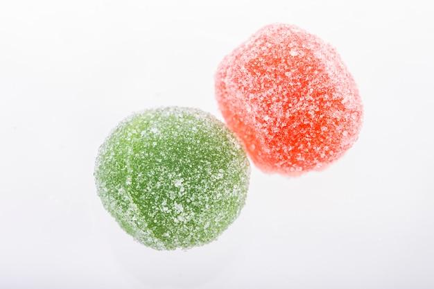 Doce de fruta colorido em açúcar Foto Premium