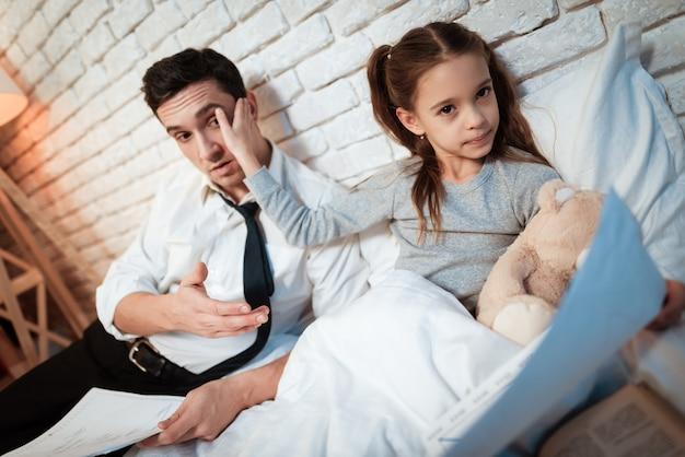Doce filhinha não escuta seu pai. Foto Premium