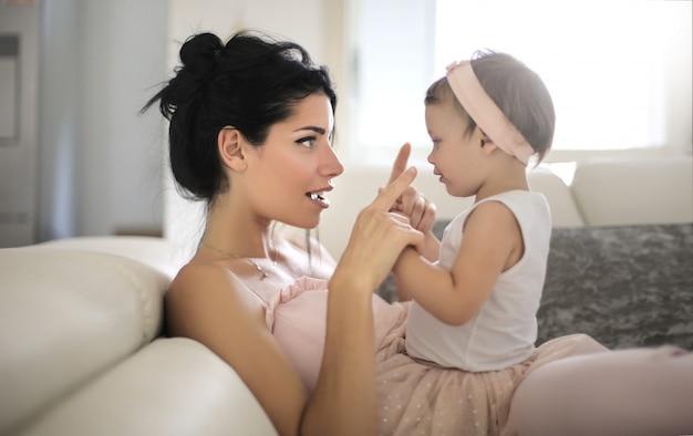Doce mãe conversando com sua linda filha Foto Premium