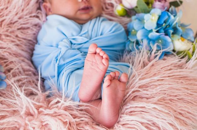 Doce pequeno recém nascido no cobertor Foto gratuita