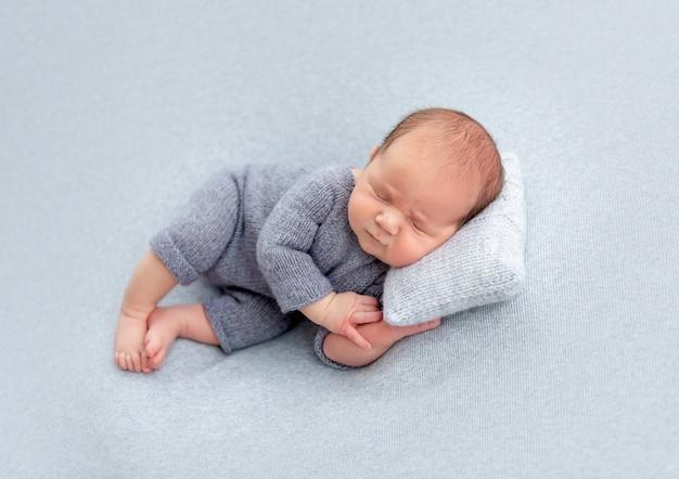 Doce recém-nascido dormindo Foto Premium