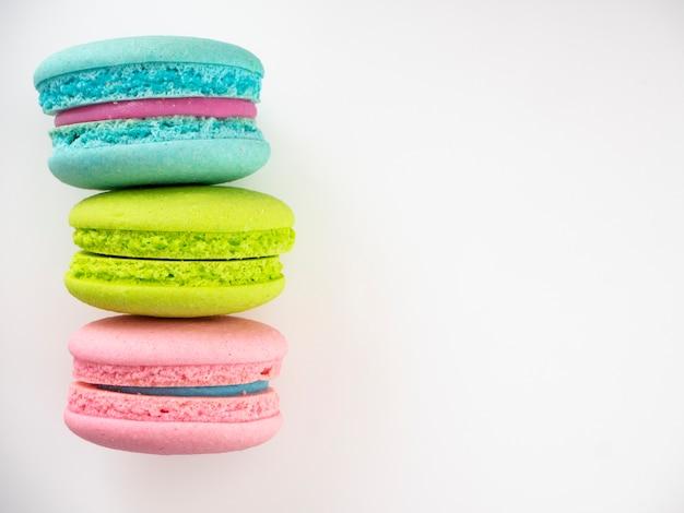 Doce três macarons amor em branco Foto Premium