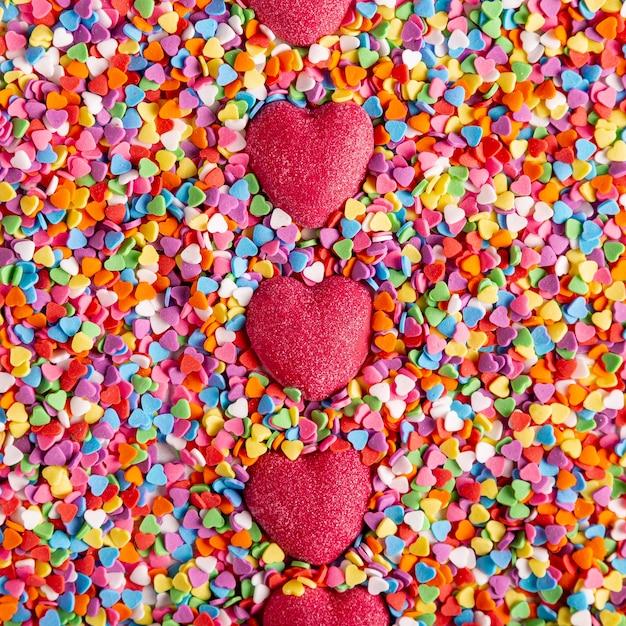 Doces coloridos coração delicioso vista superior Foto gratuita