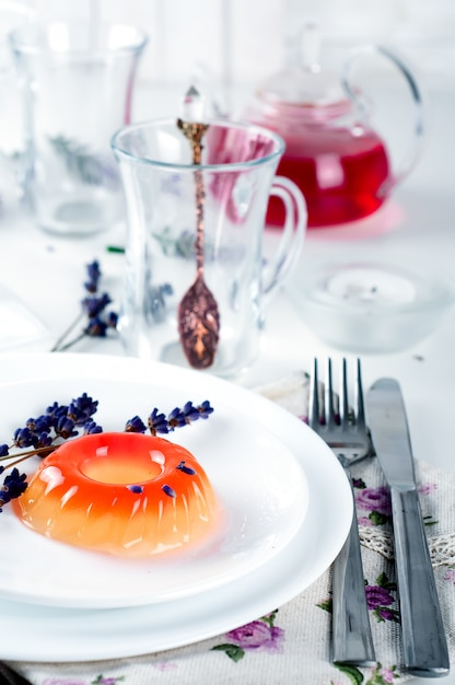 Doces coloridos da geléia de fruta em uma placa branca Foto Premium