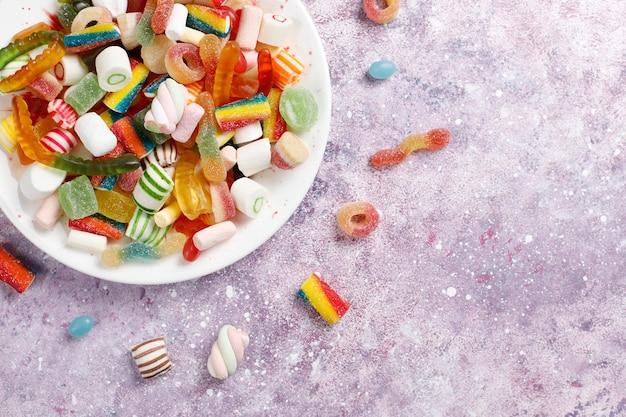 Doces coloridos, geleias e marmeladas, doces não saudáveis. Foto gratuita