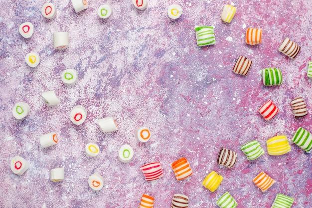 Doces de açúcar colorido diferente, vista superior Foto gratuita