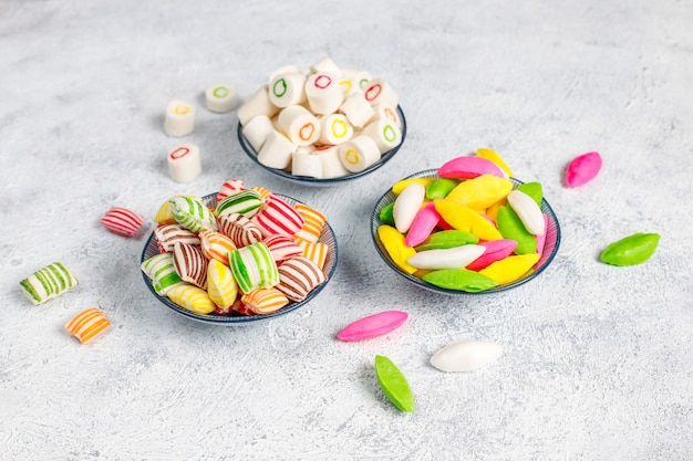 Doces de açúcar colorido diferente Foto gratuita