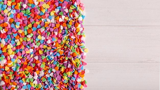 Doces de coração colorido com espaço de cópia Foto gratuita