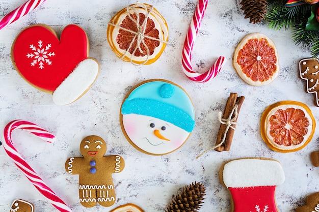 Doces de natal, biscoitos de gengibre na superfície nevado Foto Premium