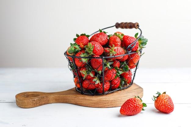 Doces deliciosos morangos na cesta, vista superior Foto gratuita