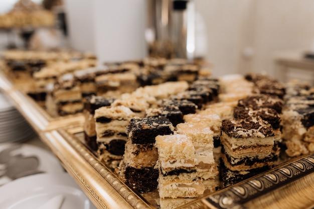 Doces deliciosos são servidos na bandeja de ouro Foto gratuita