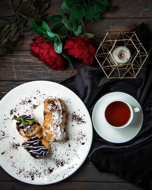 Doces doces com vista superior de chá preto Foto gratuita