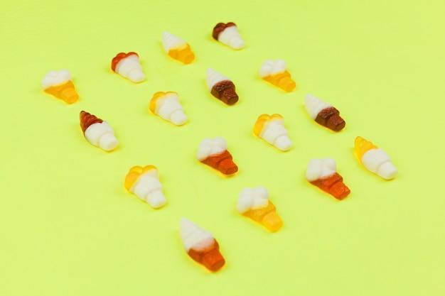 Doces em forma de sorvete no fundo claro Foto gratuita
