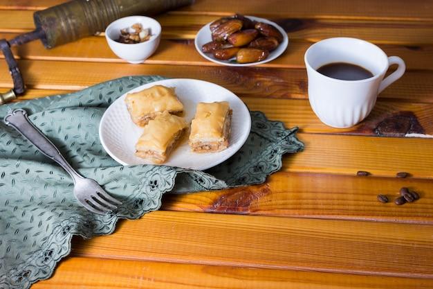 Doces orientais com fruta e café de datas Foto gratuita