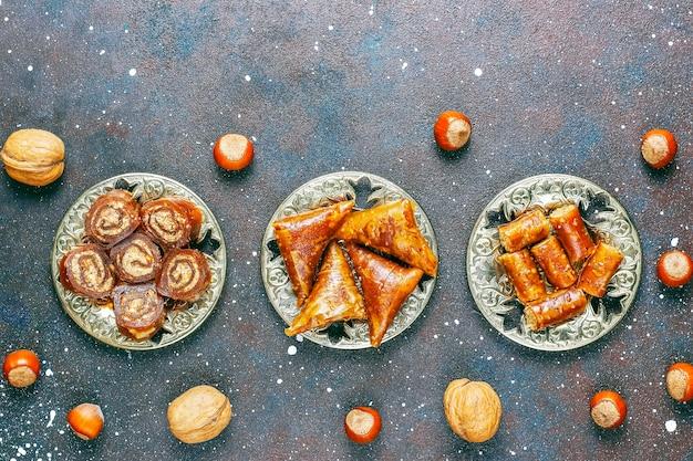 Doces orientais, delícias turcas tradicionais variadas com nozes. Foto gratuita