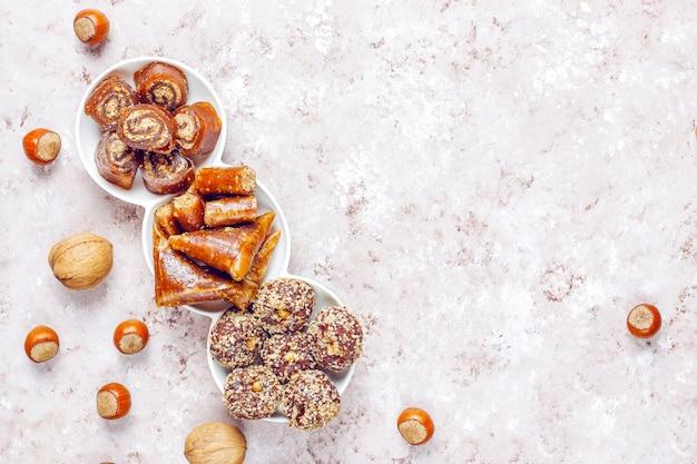Doces orientais e delícias turcas tradicionais variadas com nozes Foto gratuita