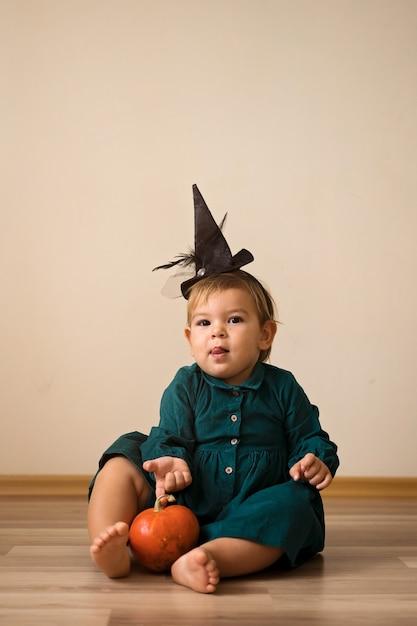 Doces ou travessuras adoráveis crianças vestidas para o halloween Foto Premium