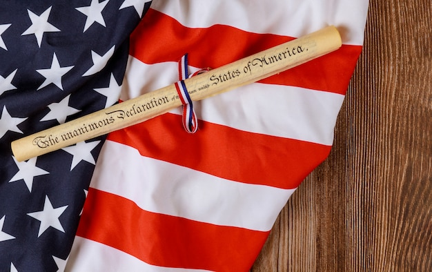 Documento de rolo de pergaminho com bandeira dos eua sobre fundo de madeira Foto Premium