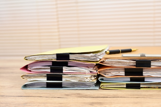 Documentos comerciais colocados na mesa do escritório Foto Premium