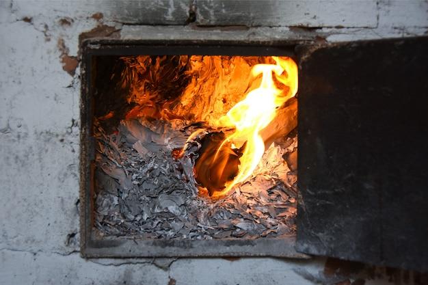 Documentos comerciais contábeis são queimados em chamas no forno Foto Premium