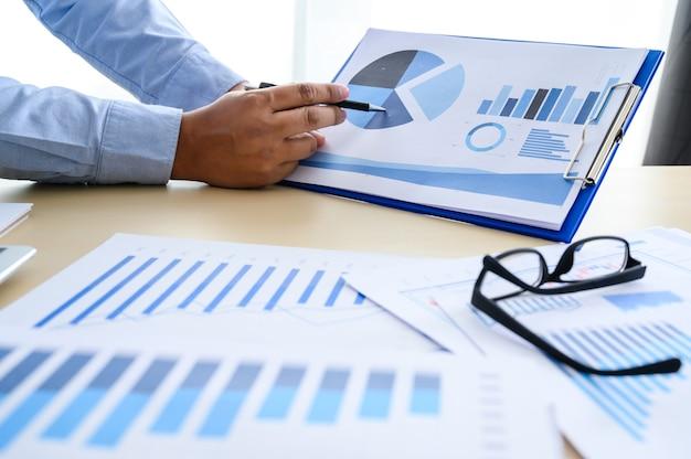 Documentos de negócios no escritório gráfico financeiro com diagrama de rede social discutindo dados de análise de dados as tabelas e gráficos Foto Premium