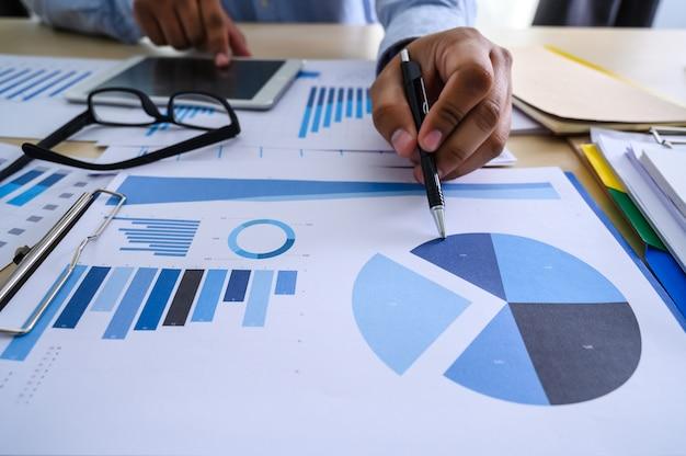 Documentos de negócios no escritório gráfico financeiro Foto Premium
