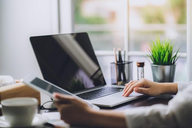Documentos de trabalho de negócios planos de marketing e vendas com o computador portátil no escritório Foto Premium