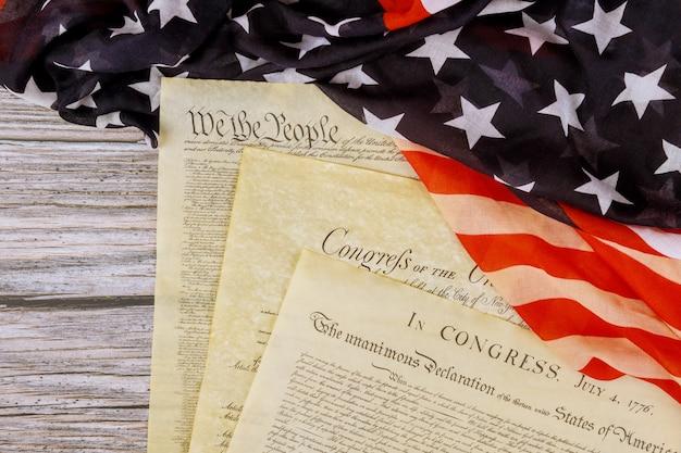 Documentos históricos envelhecidos washington dc na declaração americana de independência 4 de julho de 1776 na bandeira dos eua Foto Premium