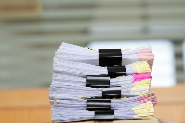 Documentos importantes colocados em uma mesa no escritório. Foto Premium