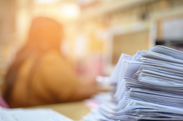 Documentos importantes colocados no arquivo do escritório Foto Premium