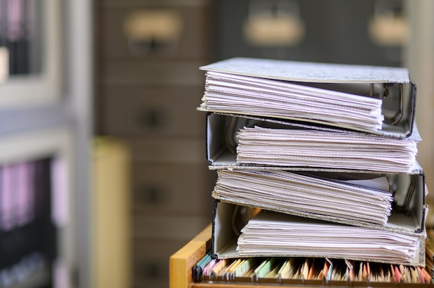 Documentos pretos empilhados no escritório Foto Premium