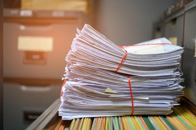 Documentos reciclados colocados no arquivo do escritório Foto Premium