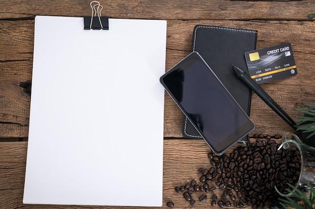 Documentos, smartphones e cartões de crédito são colocados na mesa de visualização superior. Foto Premium