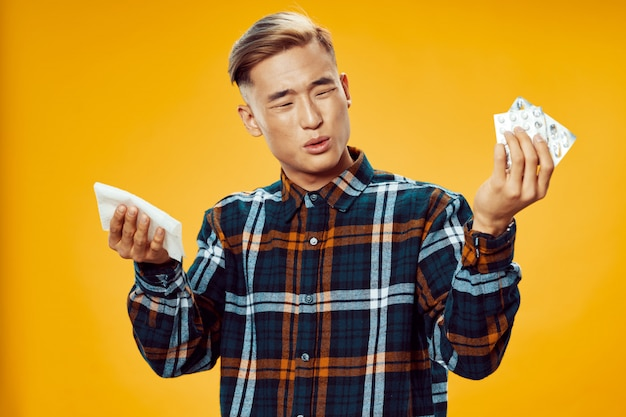 Doente homem asiático amarelo Foto Premium